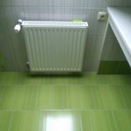 Vybudování nové koupelny v Mrlínku - radiátor a zásuvka.