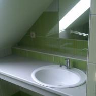 Vybudování nové koupelny v Mrlínku - zrcadlo s umyvadlem.